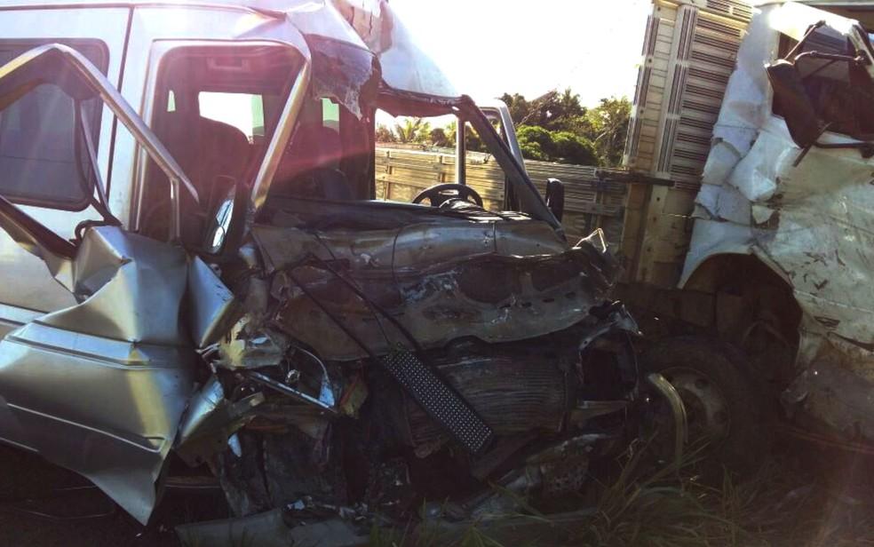 Acidente entre caminhão e van deixou cinco feridos na Bahia (Foto: Giro Ipiaú)