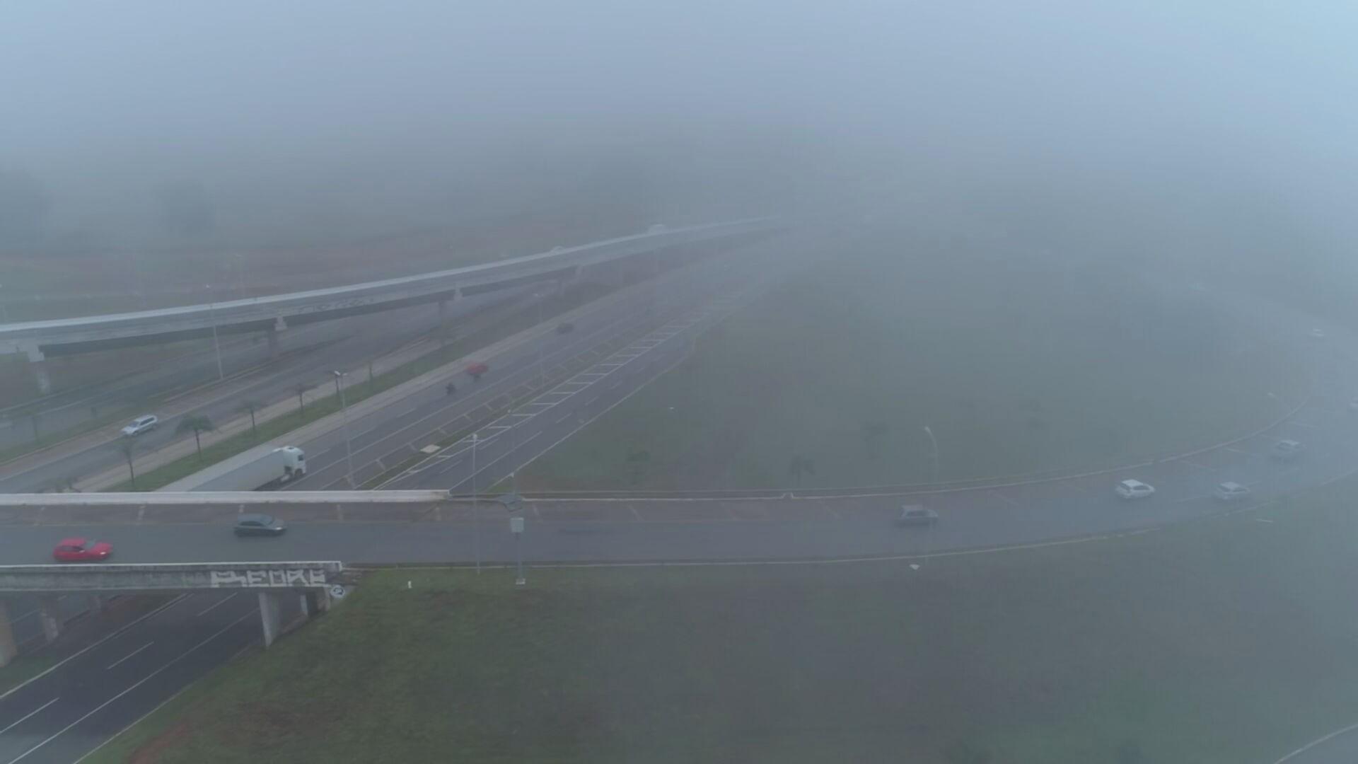 Nevoeiro muda paisagem no DF; temperatura deve chegar a 10ºC durante a semana