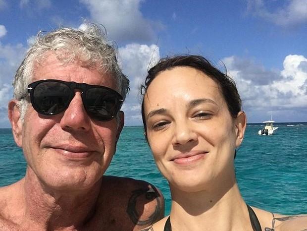 Asia Argenta posta foto com Anthony Bourdain após duas semanas da morte do chef (Foto: Reprodução/Instagram)