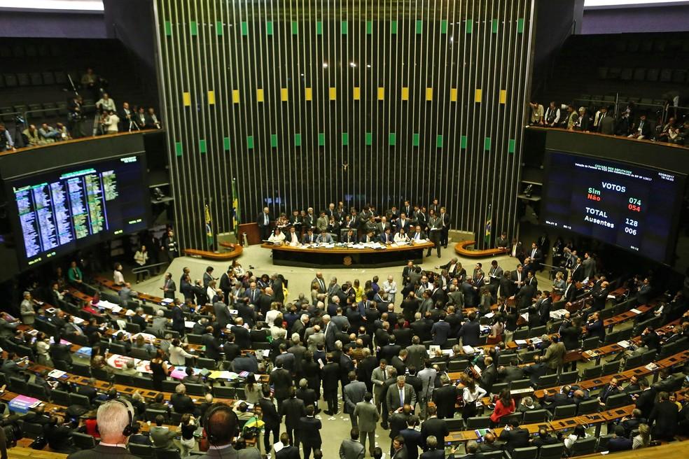 Plenário da Câmara dos Deputados durante início da votação do arquivamento da denúncia contra o presidente Michel Temer (Foto: Wilton Júnior/Estadão Conteúdo)