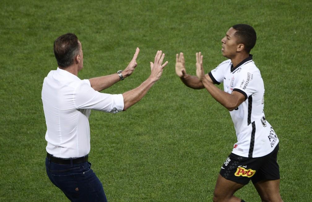 Davó e Mancini fazem aposta em treino e técnico paga flexões; veja o vídeo
