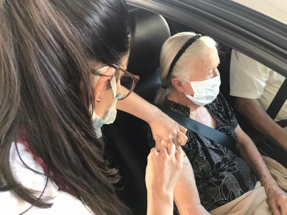 Idosa recebe a dose de reforço da vacina contra a Covid em drive-thru — Foto: Prefeitura de Sorocaba/ Divulgação