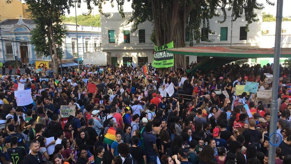 Trabalhadores da educação e estudantes fazem manifestação contra cortes da educação — Foto: Marcelo Fin/TVCA