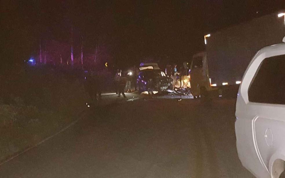 Carro atropelou jovens em motocicleta após batida com caminhão (Foto: Blog do Jorge Amorim)