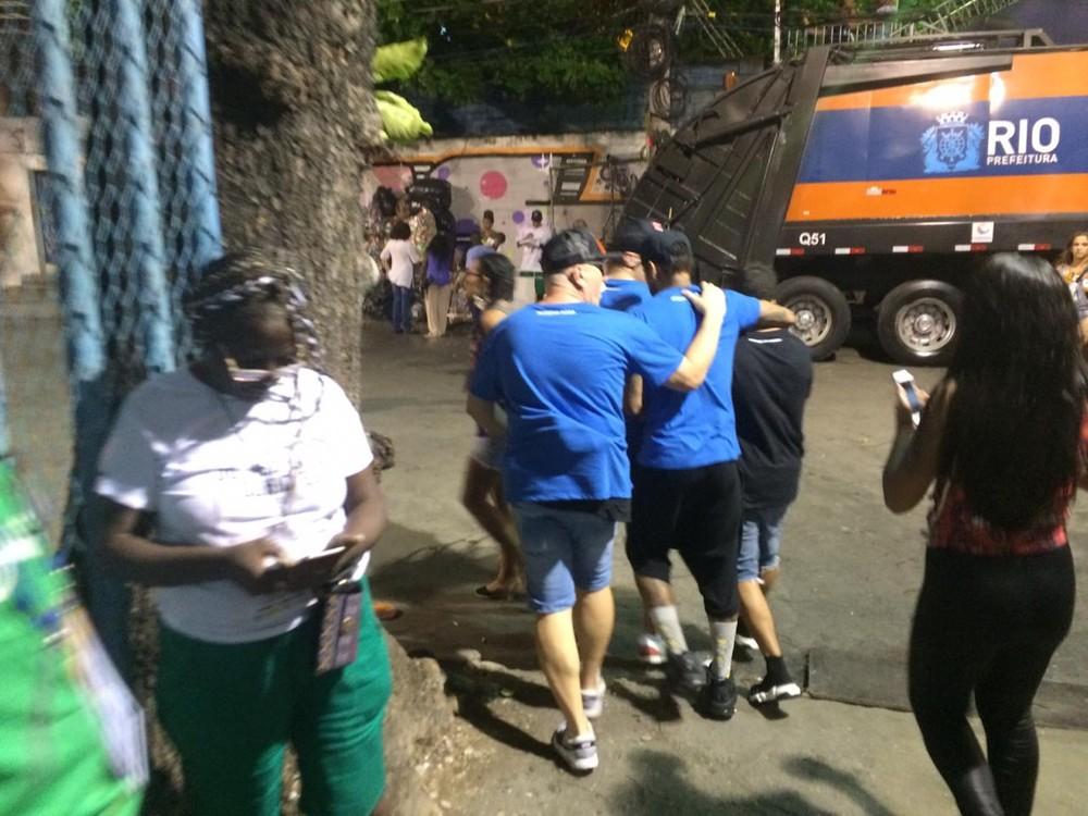 Depois de curtir desfiles em camarotes, Neymar deixa Sapucaí amparado por amigos — Foto: Juliana Maselli/G1