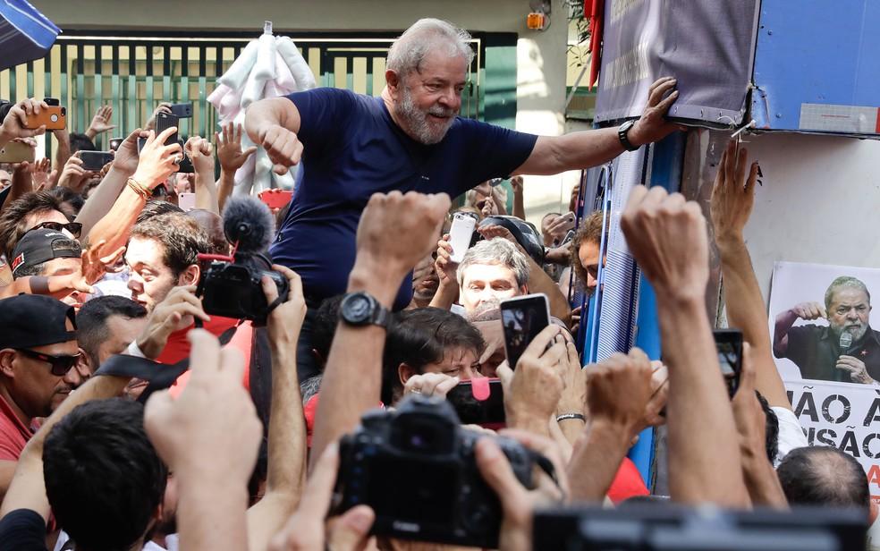 O ex-presidente Lula, em 7 de abril de 2018, horas antes de se entregar à Polícia Federal — Foto: Andre Penner/AP Photo