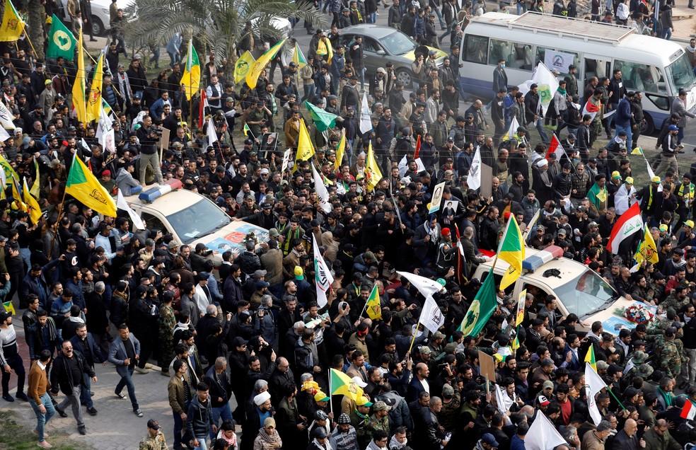 Dezenas de milhares de pessoas seguem funeral de Qassem Soleimani — Foto: Khalid al-Mousily/Reuters