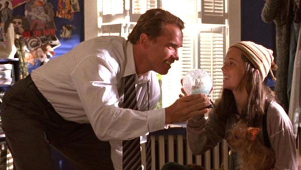 A atriz Eliza Dushku com o ator Arnold Schwarzenegger em cena de True Lies (Foto: Reprodução)