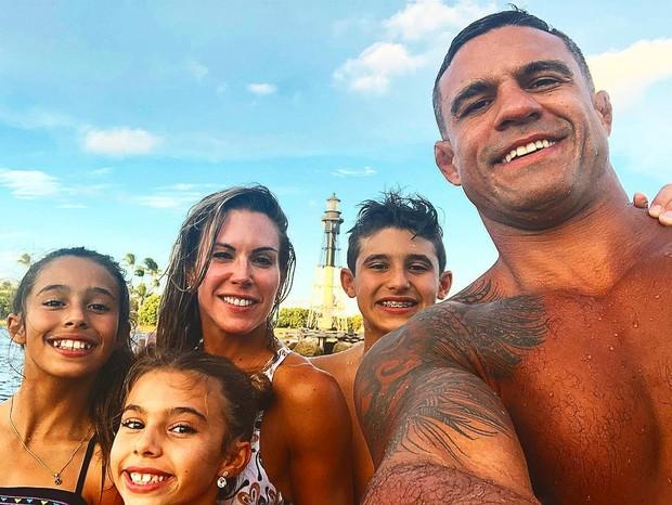 Joana Prado e Vitor Belfort com os três filhos (Foto: Reprodução/Instagram)