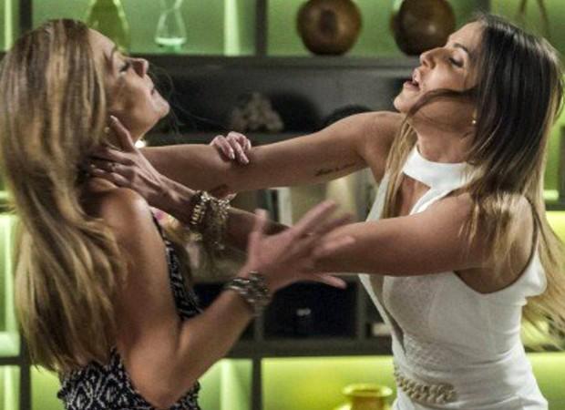 Karola (Deborah Secco) confronta Laureta (Adriana Esteves) sobre a história de sua vida (Foto: Reprodução/ TV Globo)