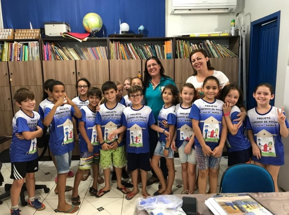 Projeto foi desenvolvido com alunos do 3º ano do ensino fundamental junto com a professora Dayse, que aparece de blusa branca na foto (Foto: Daisy Selinger/ Arquivo pessoal)