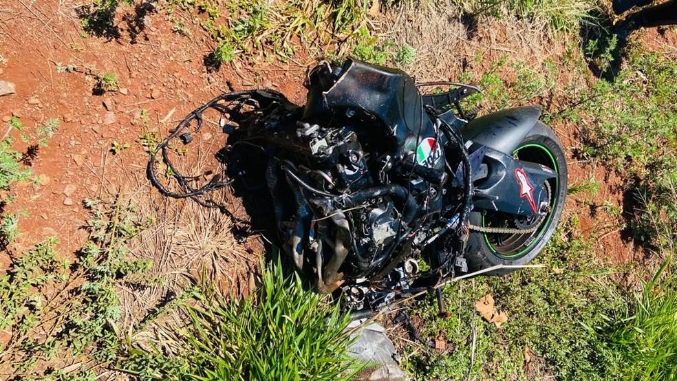 Moto ficou partida ao meio com o impacto da batida, em Engenheiro Beltrão — Foto: Divulgação/PRE