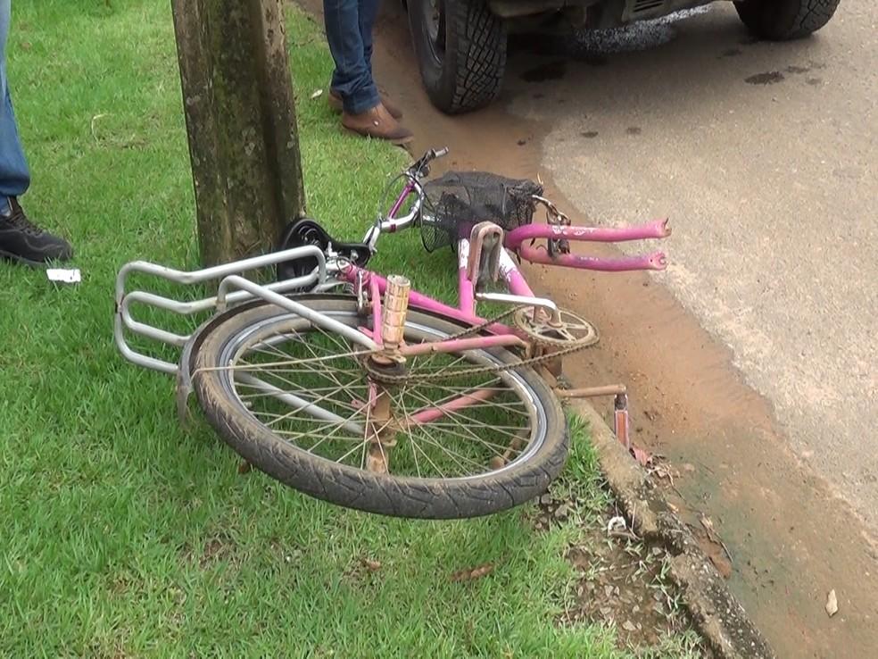 Bicicleta da vítima após atropelamento — Foto: Rede Amazônica/Reprodução