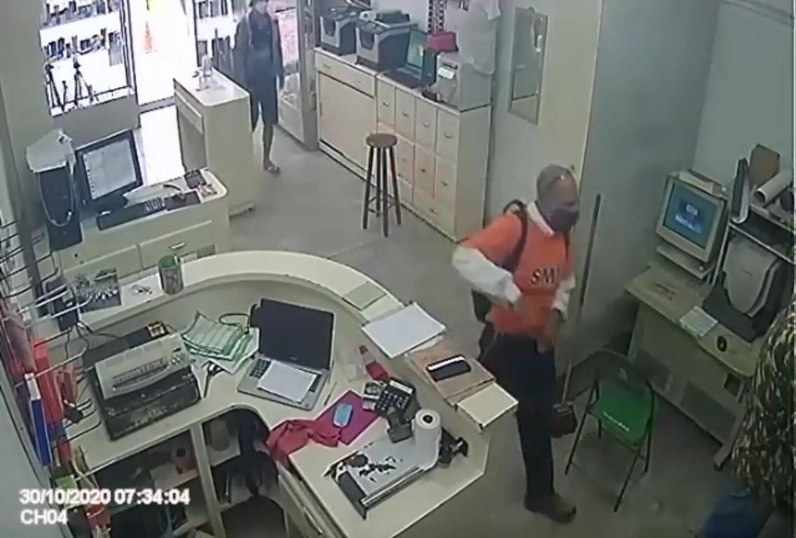 Dupla ameaça proprietário e rouba loja de manutenção de eletrônicos em Volta Redonda