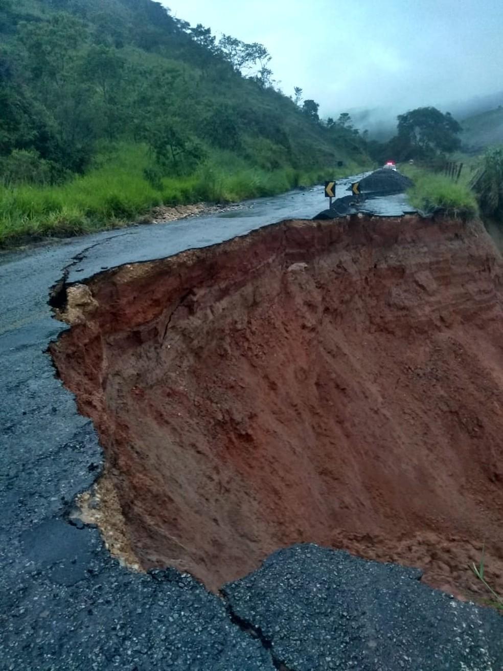 Estrada em Oliveira Fortes caiu nesta madrugada de quinta-feira (13) — Foto: PMR/Divulgação