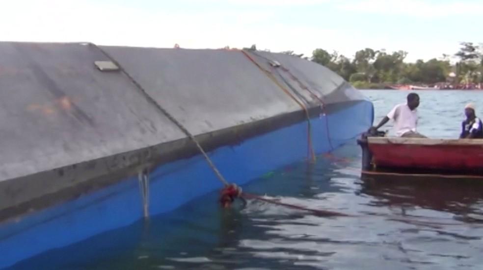 Socorristas examinam balsa que naufragou nesta quinta-feira no Lago Vitória, na Tanzânia — Foto: Reuters TV/via REUTERS