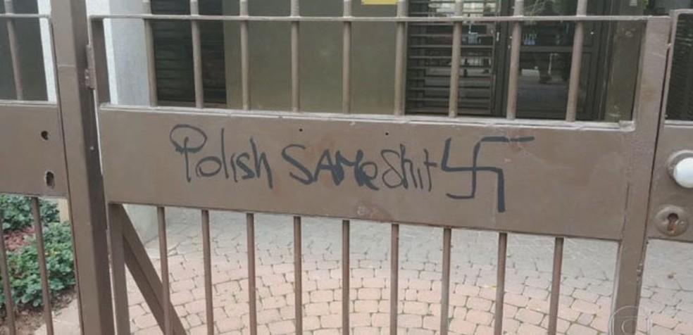 Pichação com suástica na embaixada da Polônia em Tel Aviv, Israel (Foto: Reprodução/TV Globo)