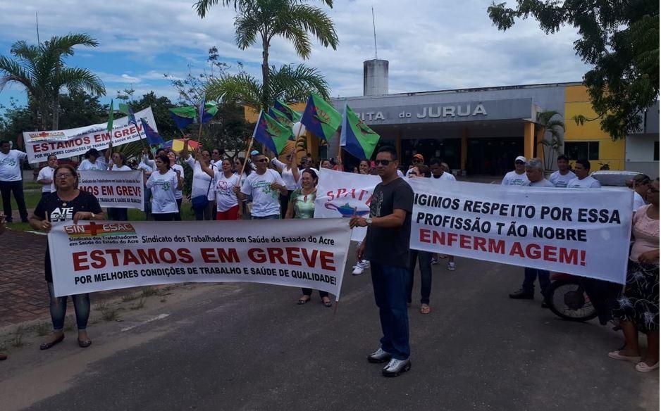 Pelo terceiro dia, funcionários protestam contra demissões e falta de condições de trabalho no Hospital do Juruá
