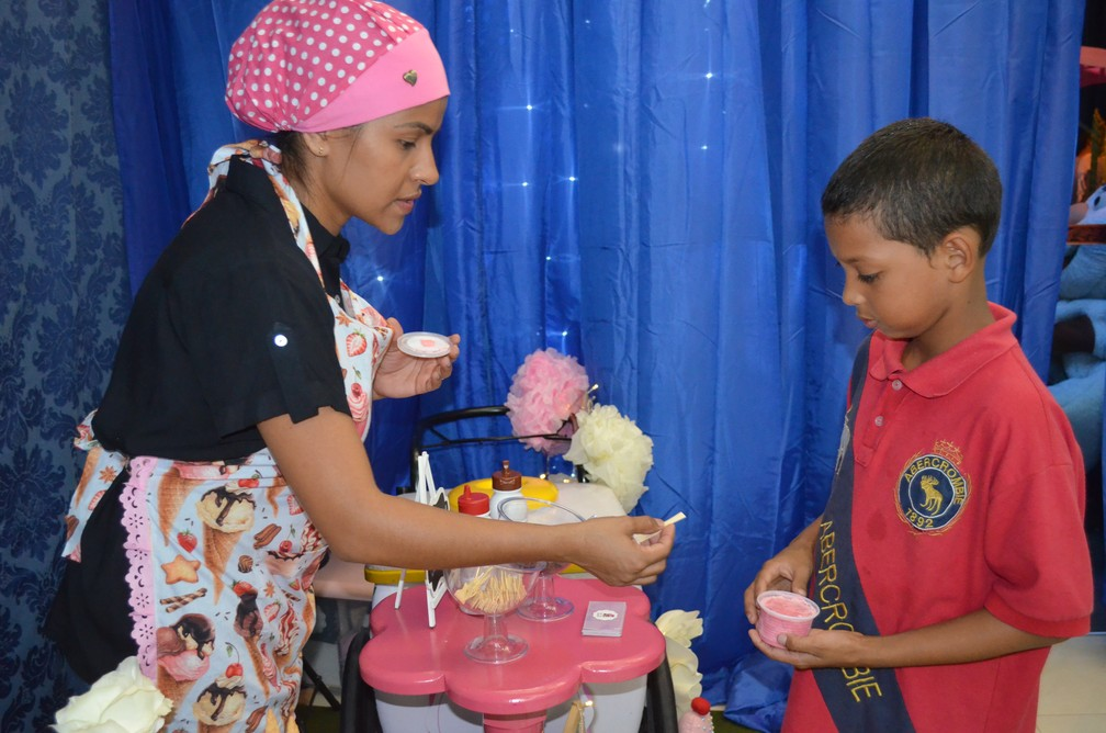Empresária Carla Ferreira distribuiu sorvetes na festa (Foto: Rita Torrinha/G1)