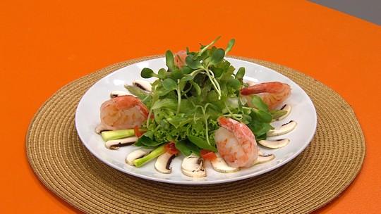 Salada com camarões e cogumelos