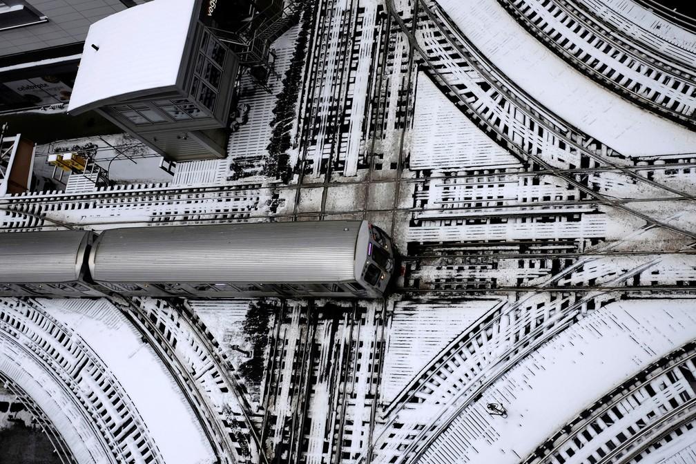 Trilhos de trem estavam cobertos de neve em Chicago, nos EUA, na segunda-feira (28)  — Foto: Kiichiro Sato/AP