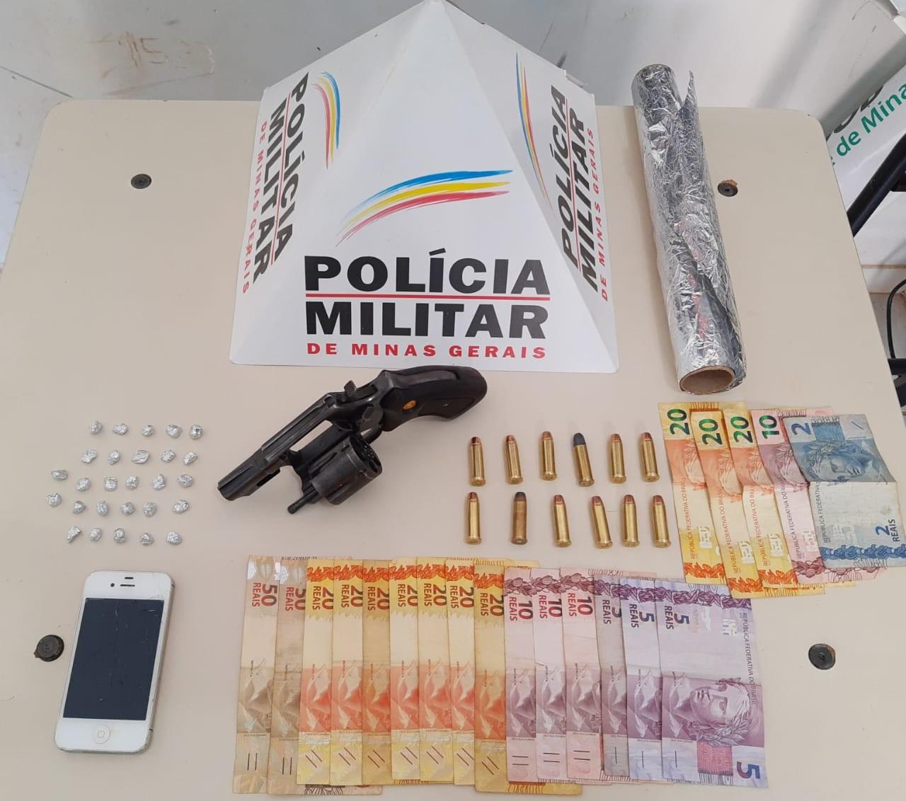PM apreende pedras de crack, dinheiro, arma e munições em Unaí; primos foram presos