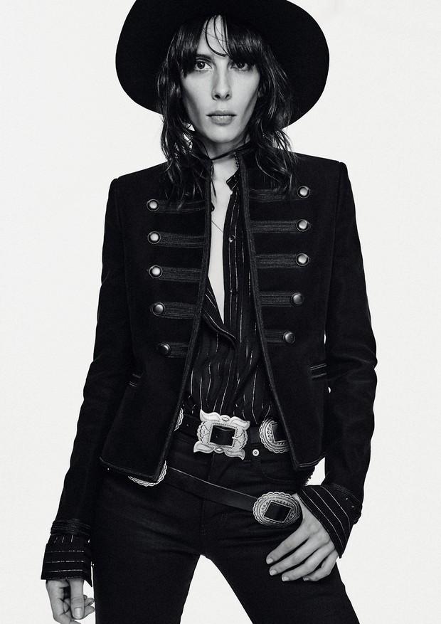 Jamie Bochert usa jaqueta de algodão (R$ 16.290), camisa de seda com lurex (R$ 8.130), calça jeans (R$ 2.730). Chapéu de lã (R$ 4.360) e cintos (a partir de R$ 6.490) (Foto: Chris Colls)