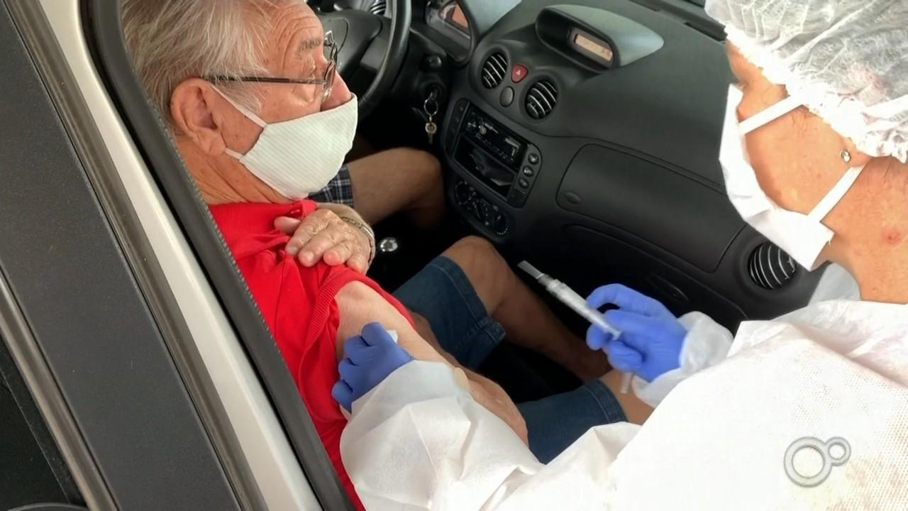 Botucatu vacina 1,2 mil idosos contra a Covid durante drive-thru neste sábado