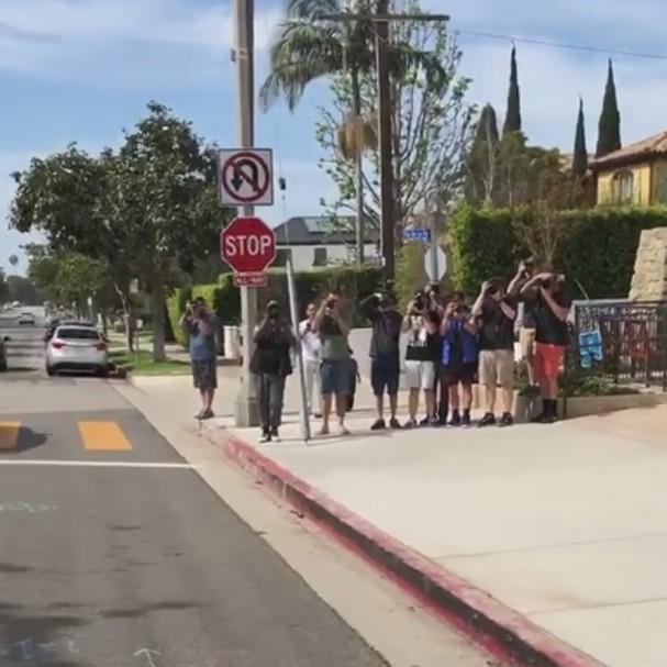 10 paparazzi esperavam por Ben Affleck na porta da igreja no domingo, 6 (Foto: Instagram/Reprodução)