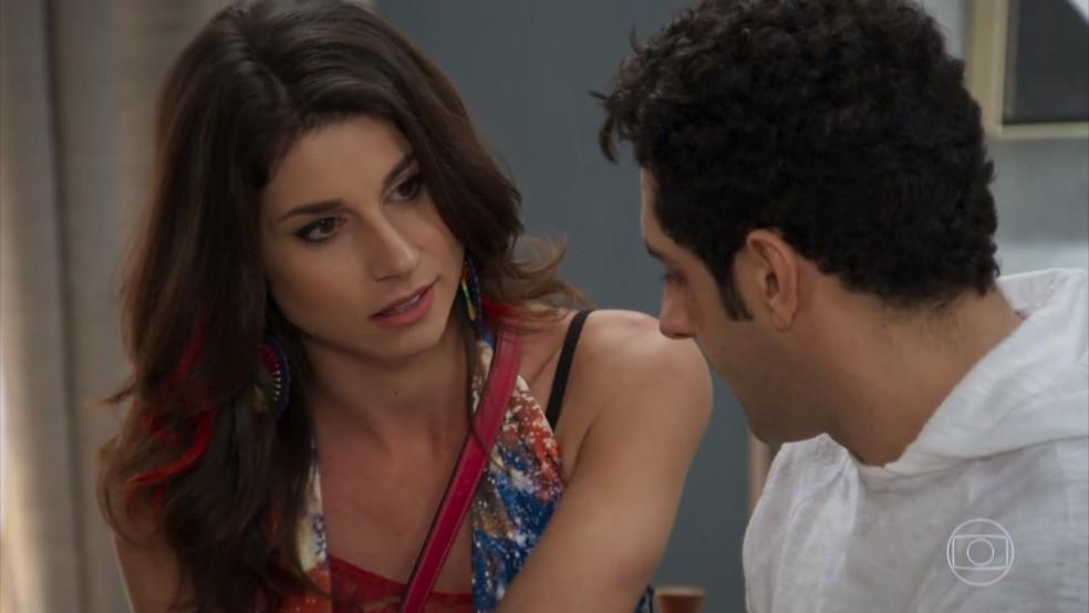 Carmela (Chandelly Braz) tenta seduzir Beto (João Baldasserini), mas o publicitário só fala de Tancinha (Mariana Ximenes) - 'Haja Coração' — Foto: Globo