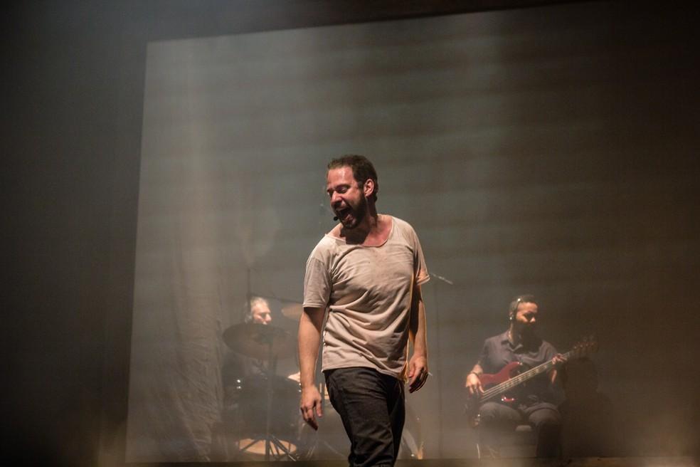 Bruce Gomlevsky em cena de musical sobre Renato Russo (Foto: Ana Morena/Divulgação)