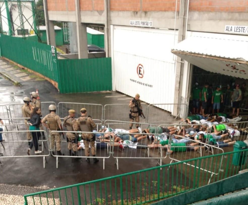PM aborda torcedores da Chapecoense — Foto: Reprodução/Twitter