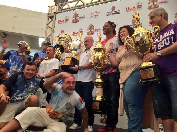 Escolas posam com seus troféus (Foto: G1)