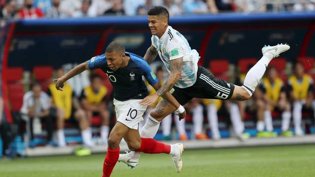 Rojo derruba Mbappé e comete pênalti em França x Argentina