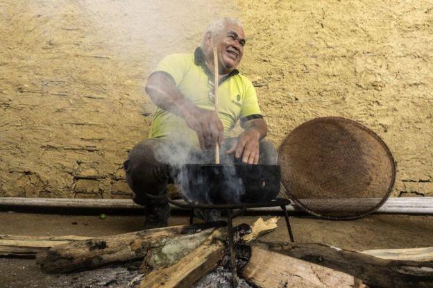 Cesar Mendes desistiu de sua carreira acadêmica para se tornar um chocolatier - estudioso do cacau (Foto: Rogério Assis/ISA)