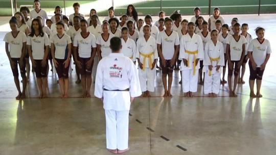 Karatê ajuda a melhorar o desempenho de crianças em escola de Cuiabá