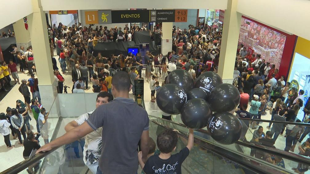 Consumidores aguardam a abertura de lojas em shopping em Brasília na madrugada desta sexta-feira (29). — Foto: TV Globo/Reprodução