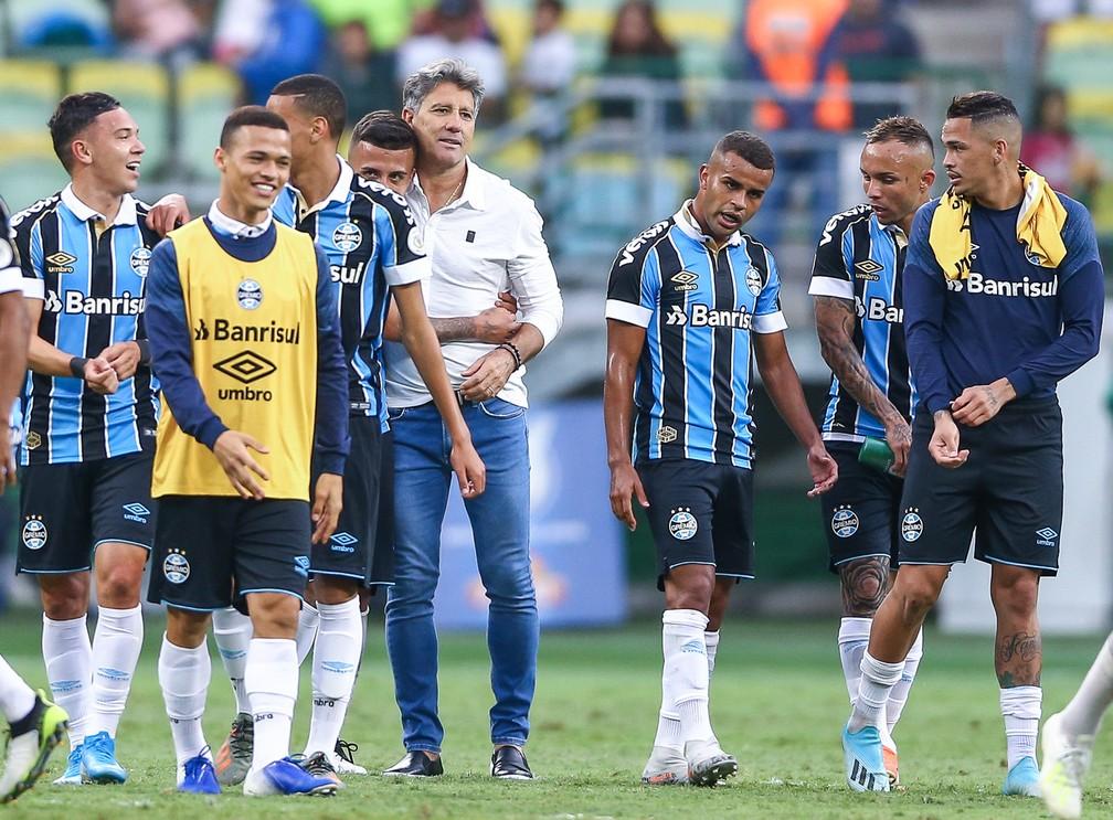 Renato Gaúcho comemora vitória do Grêmio com elenco  — Foto: Lucas Uebel/Grêmio