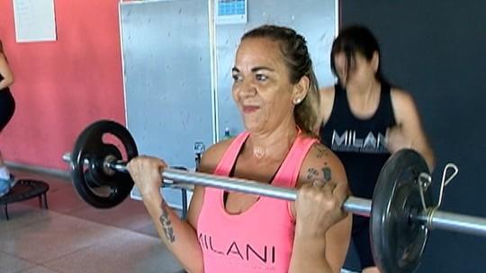 """Após emagrecer 23kg, dona de casa de 53 anos faz alerta a jovens: """"Têm que se amar"""""""