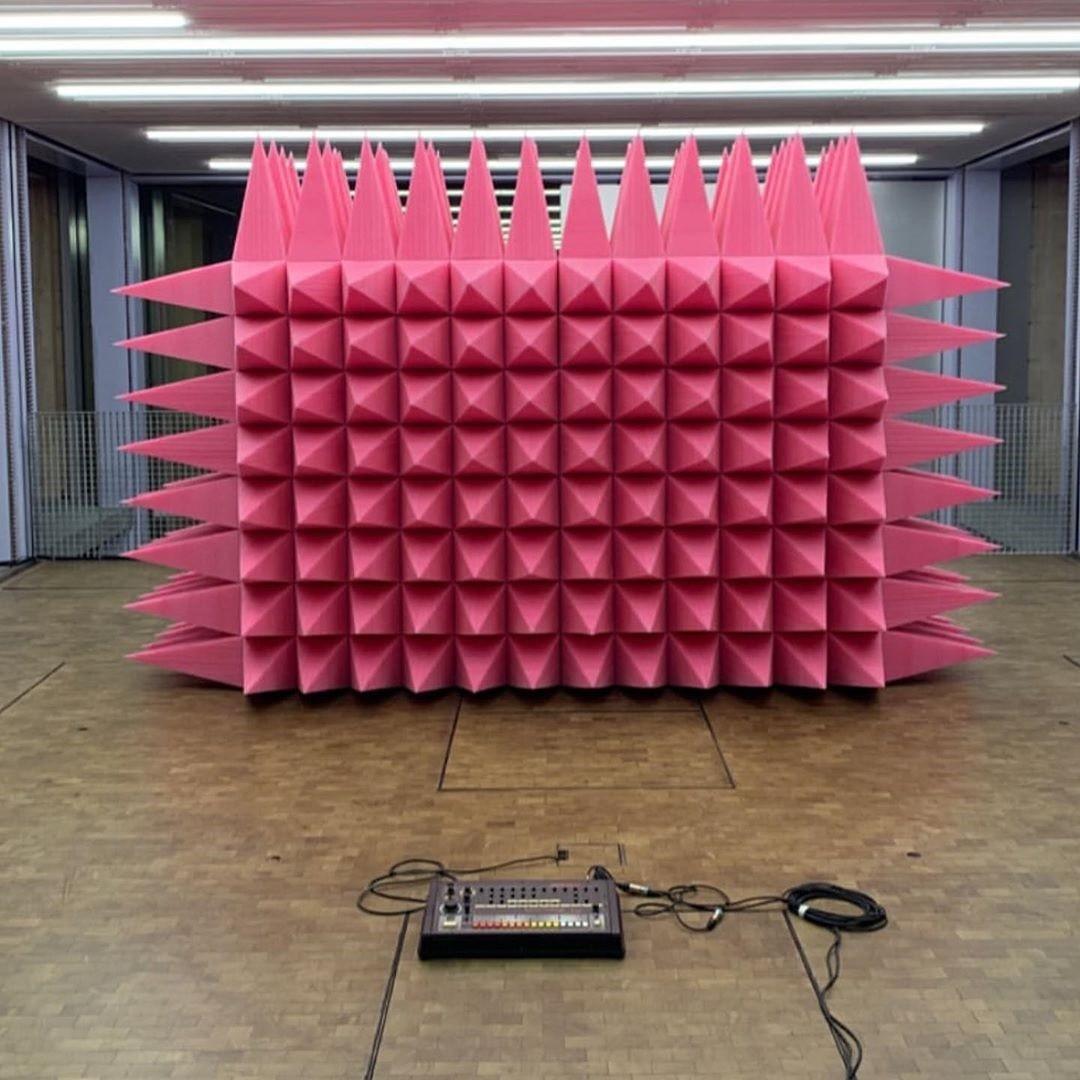 O paredão foi revestido com pirâmides pontiagudas feitas de espuma de isolamento acústico na cor rosa (Foto: Reprodução)