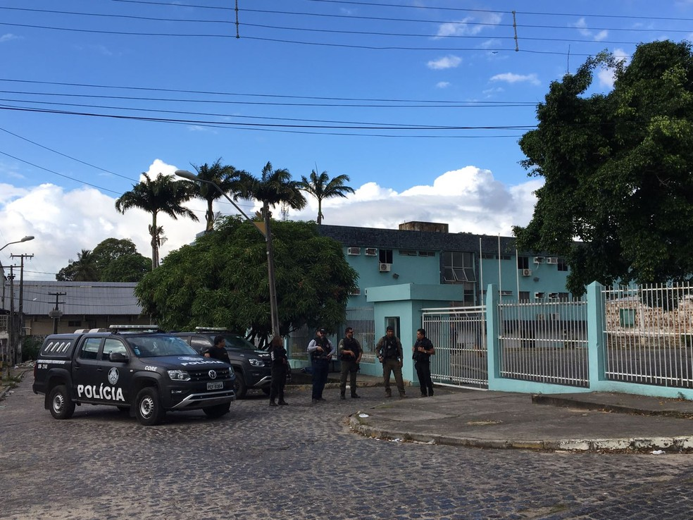 Policiais civis cumprem mandados na Câmara Municipal de Paulista, no Grande Recife (Foto: Elvys Lopes/TV Globo)