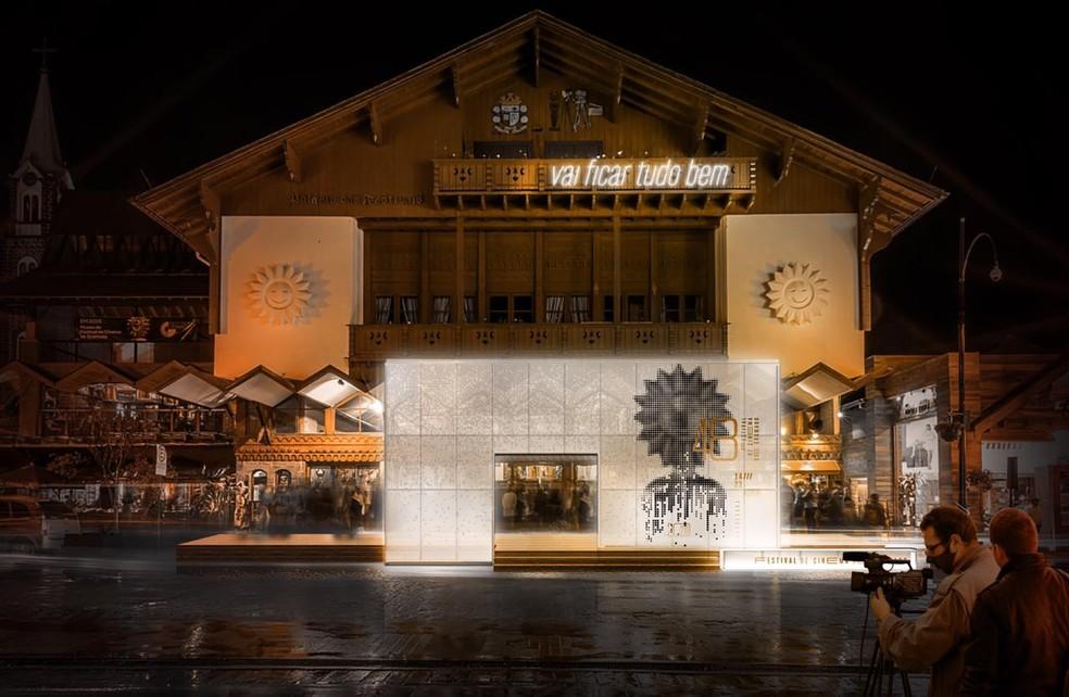 Palácio dos Festivais tem mensagem especial este ano — Foto: Festival de Cinema de Gramado/Divulgação
