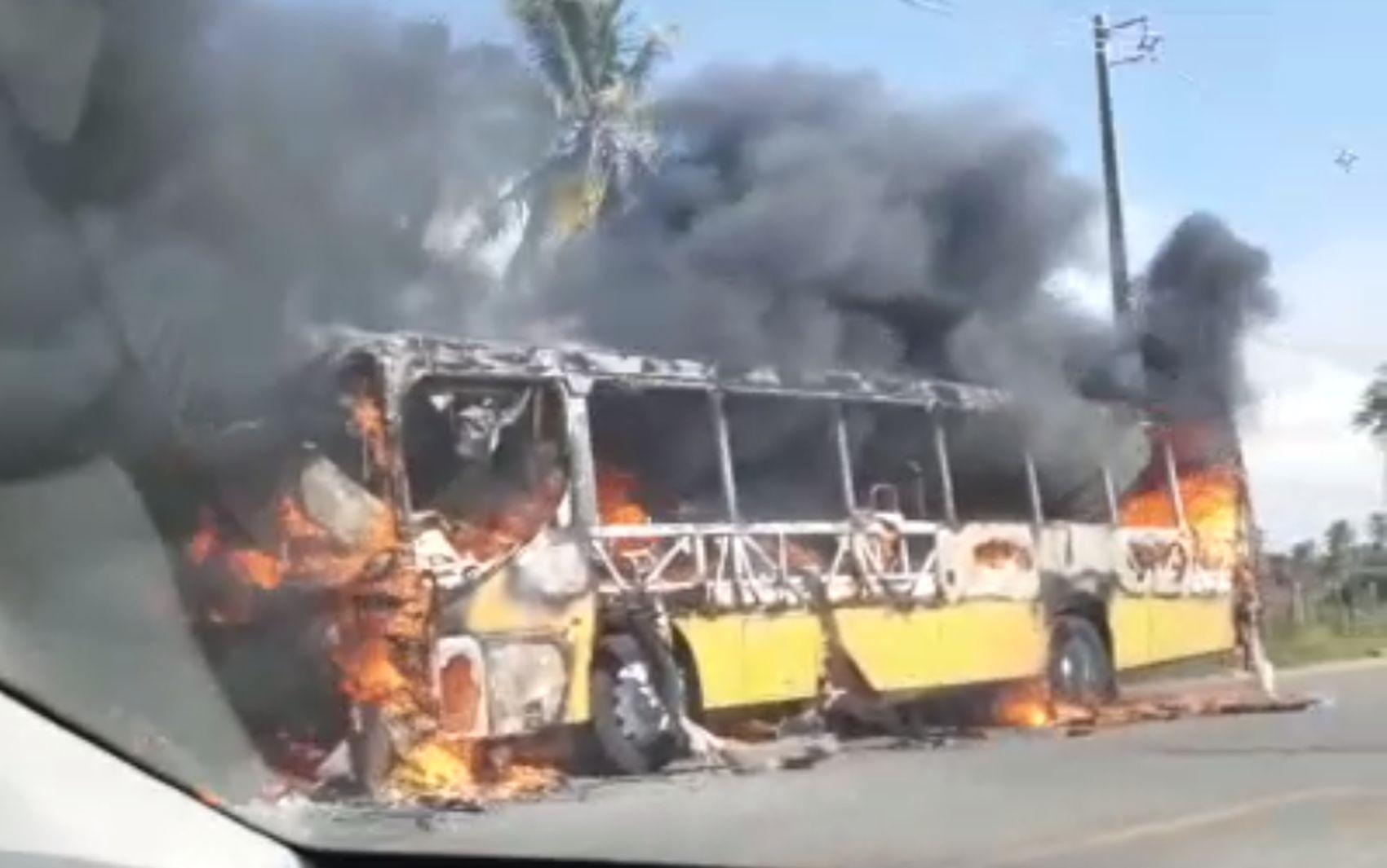 Fogo destrói ônibus na Rodovia dos Náufragos
