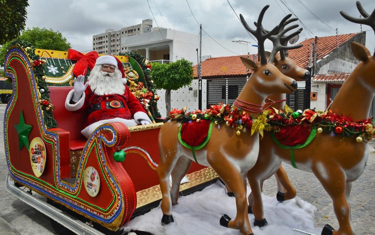Papai Noel usa trenó para passear por Campina Grande e entregar presentes