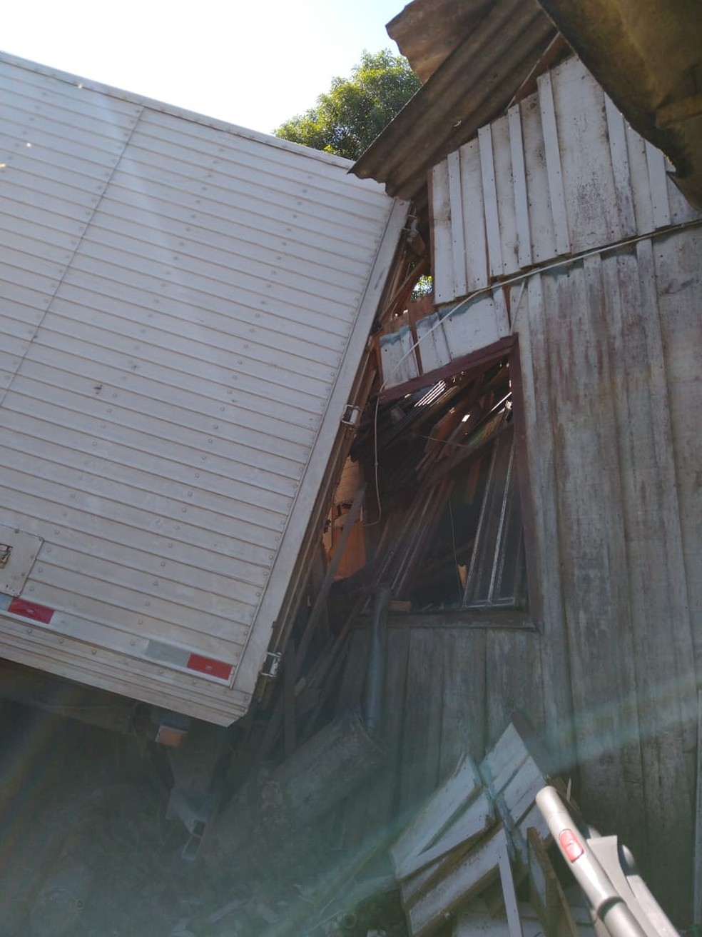 Casa foi parcialmente destruída após ser atingida por um caminhão em Rio Negrinho, SC. — Foto: Corpo de Bombeiros/Divulgação