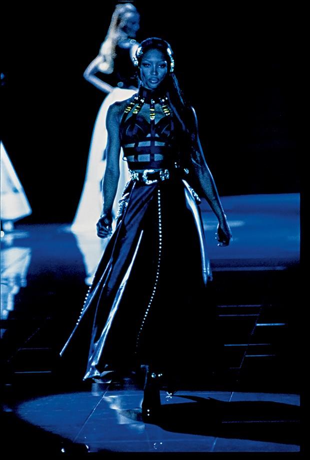 Moda e fetiche - Desfile da coleção Miss S&M, de 1992, Naomi Campbell veste uma edição do vestido Bondage (Foto: Getty Images)
