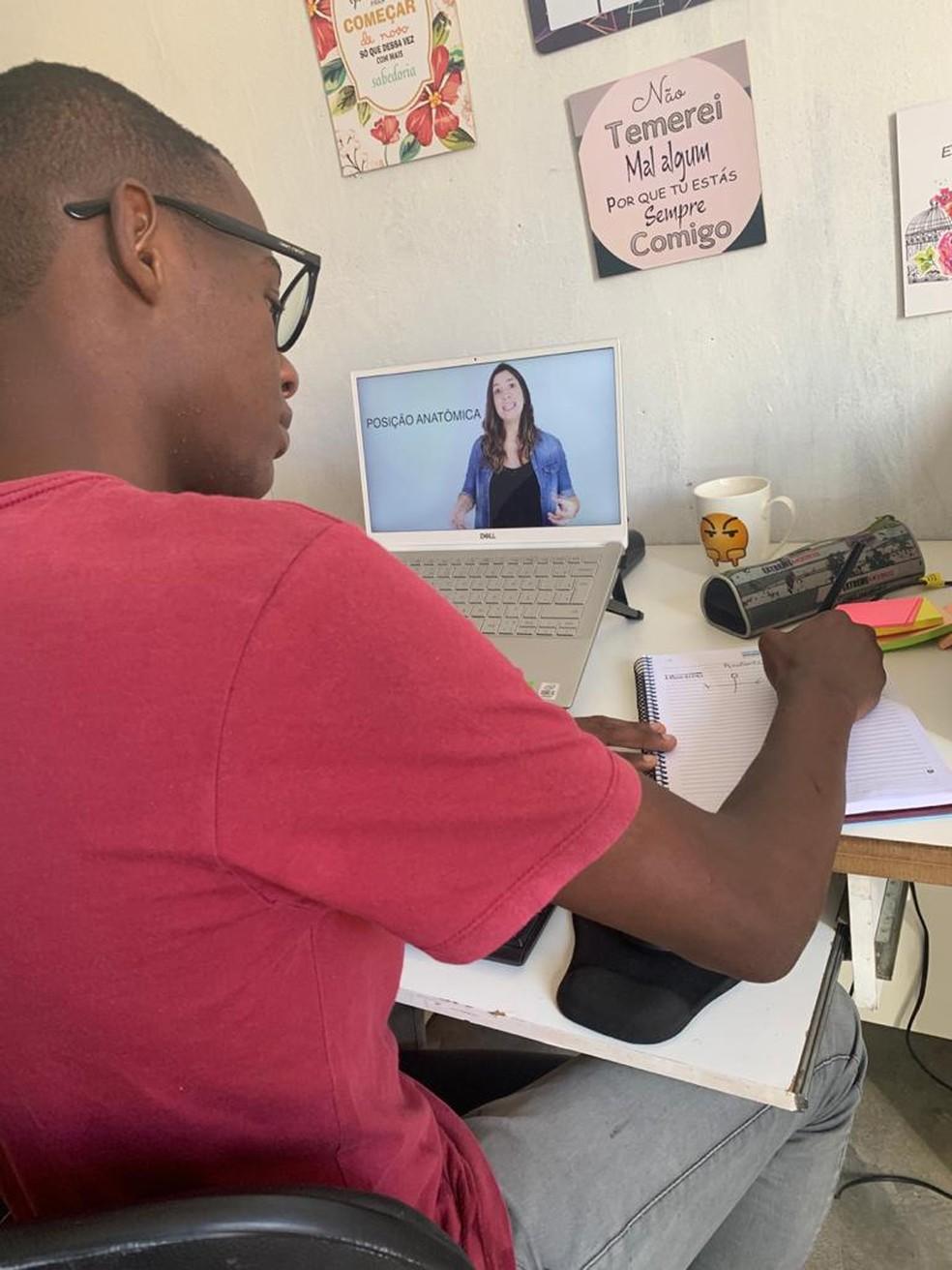 Jovem que estudou em casa sem energia elétrica e tirou 980 na redação do Enem realiza sonho e passa em medicina na URFB — Foto: Arquivo Pessoal
