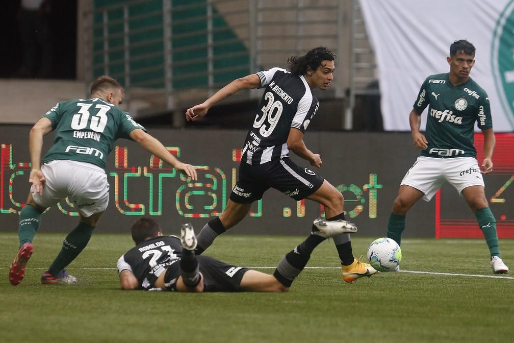 Matheus Nascimento apareceu em todos os setores do campo contra o Palmeiras — Foto: Vitor Silva/Botafogo