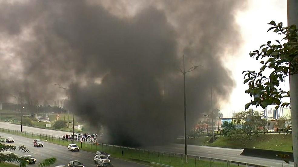 Manifestantes interditam o sentido SP da via Anchieta, no km 23, em São Bernardo do Campo. (Foto: Reprodução/TV Globo)