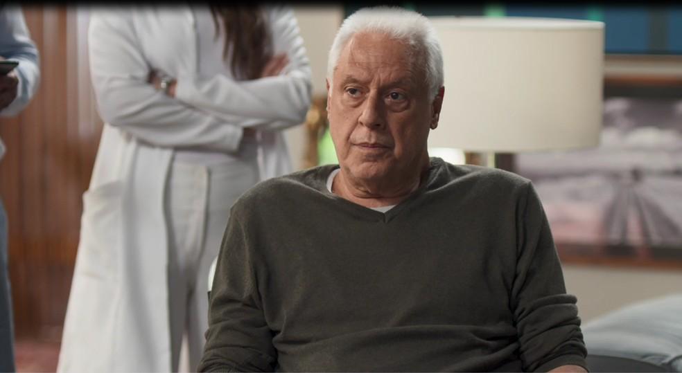Alberto (Antonio Fagundes) se irrita com Diogo (Armando Babaioff) em 'Bom Sucesso' — Foto: Globo